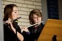 """Vera Thormeyer (12. Klasse) und Minas Hilbig (13. Klasse) spielen unter der Gitarrenbegleitung von Jan Sundermeyer """"El Choclo"""" (foto: sebastian schobbert, goethestr.2-3, 10623 berlin 2010)"""