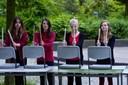 """Die Percussion-AG spielt auf Tischen, Stühlen und Ölfässern das Stück """"HipRock"""" (foto: sebastian schobbert, goethestr.2-3, 10623 berlin 2010)"""