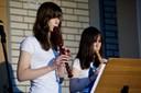 """Roxane Biller und Marie Eggert aus der Klasse 9B spielen ein """"Rondou"""" von Purcell (foto: sebastian schobbert, goethestr.2-3, 10623 berlin 2010)"""