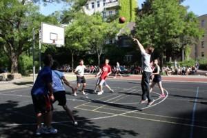 Action beim Basketball